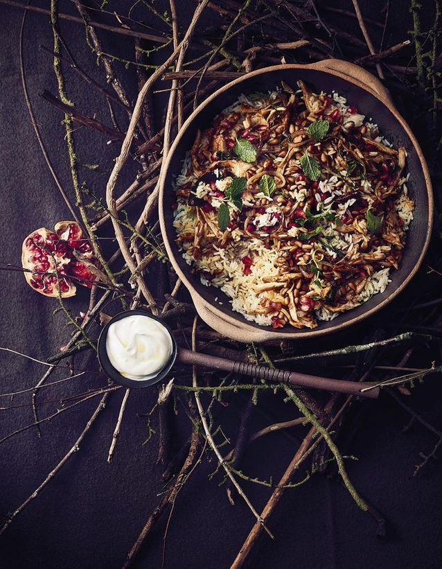 Biryani de poulet aux épices douces, pignons de pin, sauce au yaourt