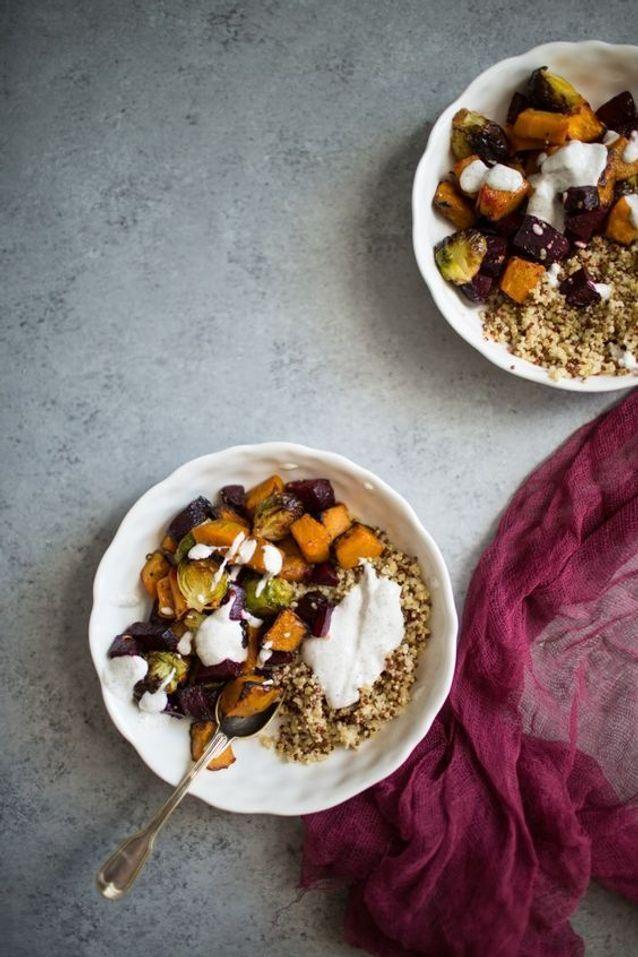 Bol de quinoa, légumes rôtis et sa sauce au zaatar