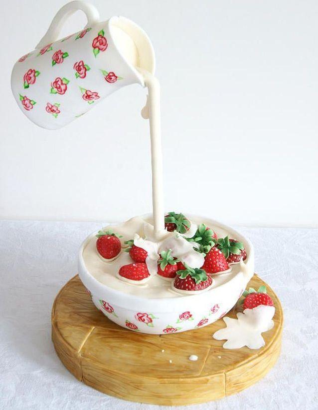 Gravity cake pichet et bol de fraises