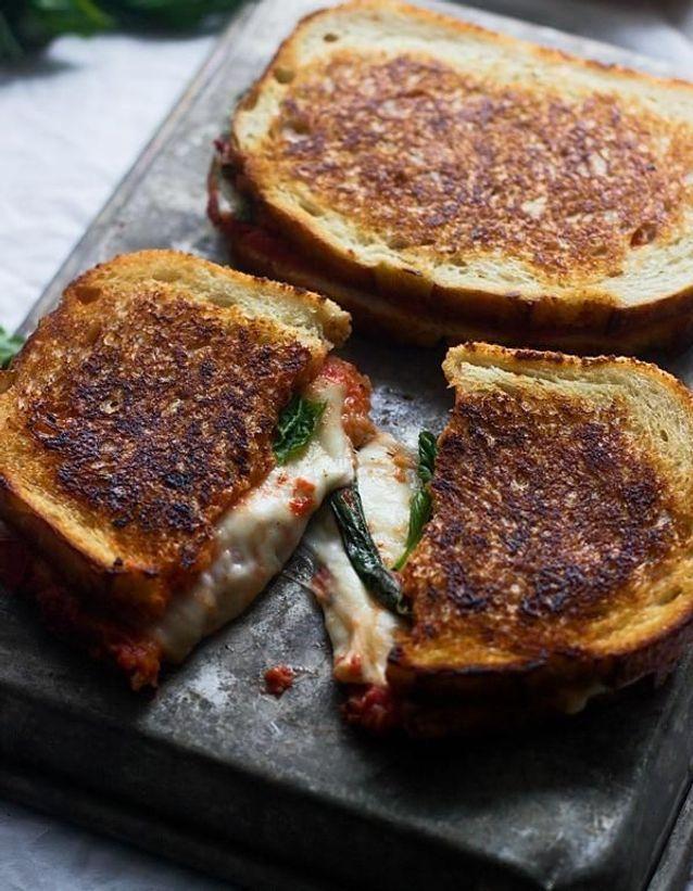Recette Sandwich grillé au fromage fondu et à la sauce
