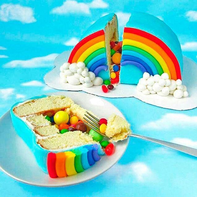 Piñata cake arc-en-ciel