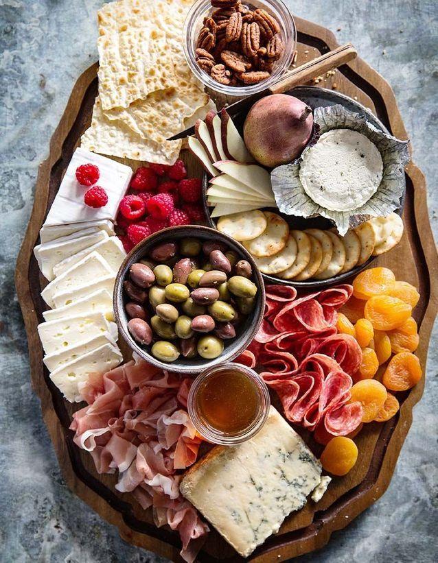 Plateau de fromage et charcuterie, framboises et figues