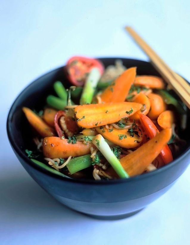 Wok de petits légumes aux herbes fraîches au tofu