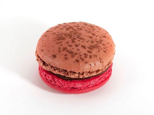 ARNAUD LARHER   Macaron Ganache Chocolat Et The Aux Fruits Rouges