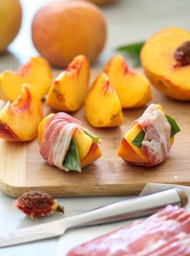 Pêches grillées au bacon et basilic
