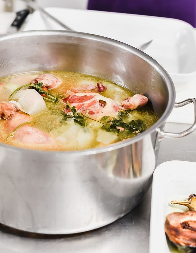Le poulet cuit au bouillon