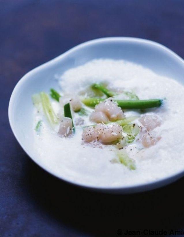 Pétoncles en bouillon de lait de coco et fève de tonka