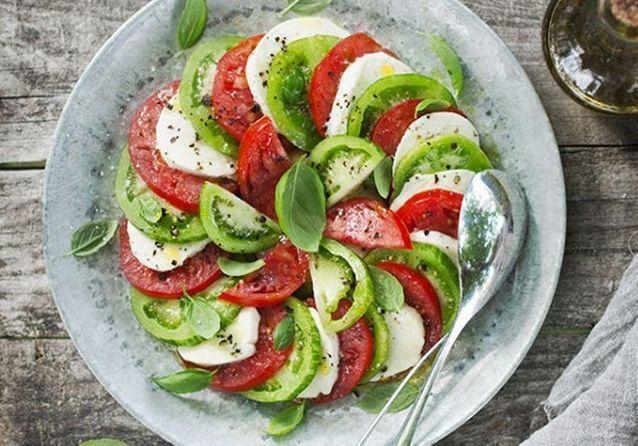 Ces idées de salades caprese ensoleilleront vos menus d'été