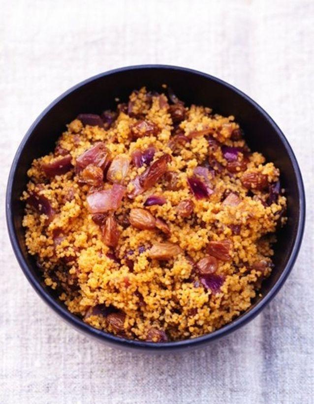 La semoule aux raisins aux oignons et aux épices