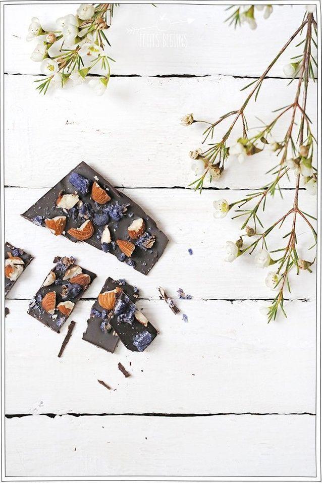 Tablette de chocolat noir maison aux amandes et violettes