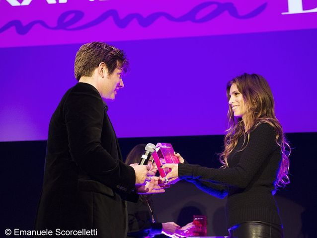 Thomas Vinterberg reçoit le prix des mains de Maïwenn, lauréate 2011.