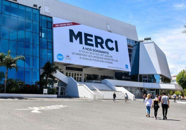 Cannes : à la place du tapis rouge, un bel hommage au personnel soignant