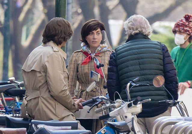 En images : Lady Gaga et Adam Driver transformés sur le tournage de « Gucci »