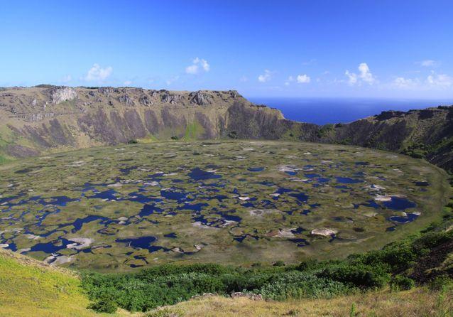 Le volcan Rano Kau, qui abrite un immense cratère recouvert de plusieurs lacs.