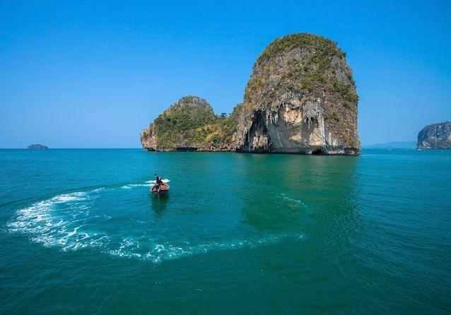 Un bateau naviguant sur la mer d'Andaman.