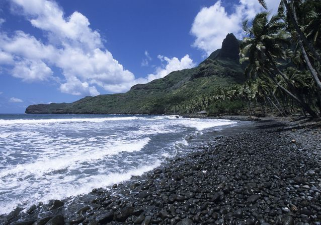 Aakapa, son petit village et sa plage de sable noir.