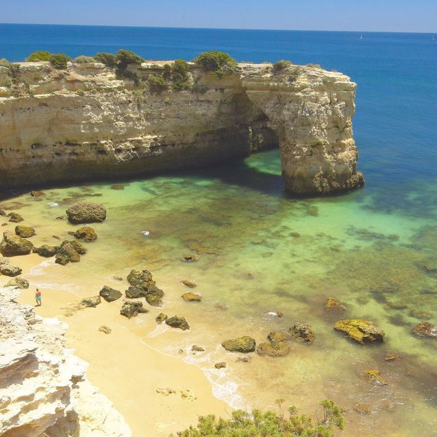 Praia de Albandeira, dans l'Algarve (Portugal)