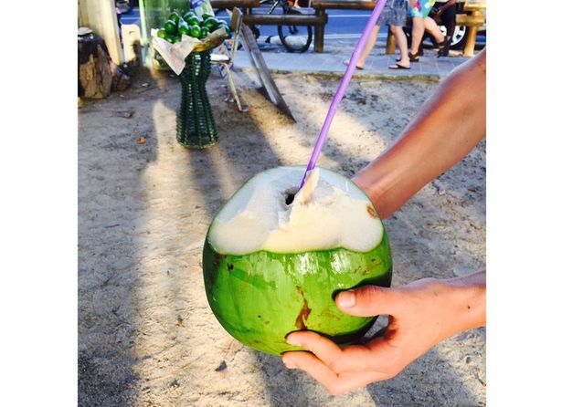 Boire de l'eau de coco
