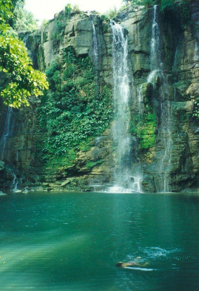 Parce que la Sierra Maestra, chaîne de montagnes au sud, près de Santiago de Cuba, recèle de belles réserves naturelles pour se baigner.