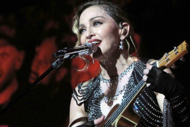 Madonna à la guitare.