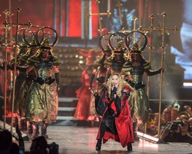 Madonna et son armée de danseurs.