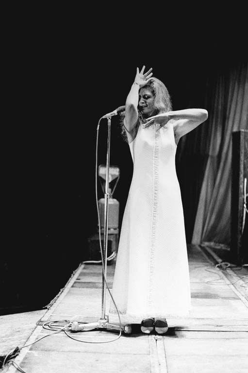 Dalida sur la scène de l'Olympia, sa période « Madone » en robe blanche