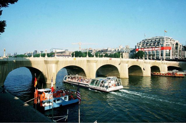 Christo emballe le Pont-Neuf, à Paris (1985)