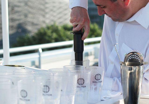 Un barmaid prépare les cocktails
