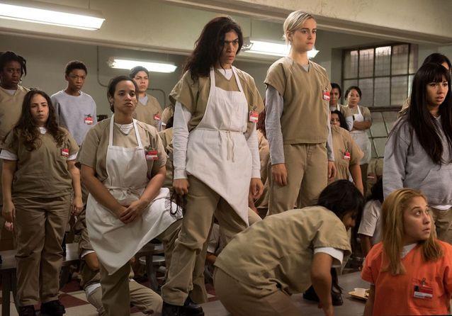 Flores (Laura Gómez), Piper (Taylor Schilling), Flaca (Jackie Cruz), Crazy Eyes (Uzo Aduba) et d'autres détenues