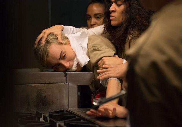 Piper (Taylor Schilling) et Flores (Laura Gómez)