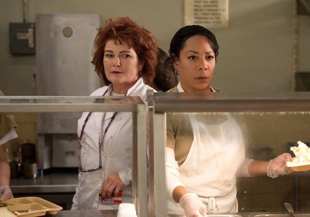 Red (Kate Mulgrew) et Mendoza (Selenis Leyva)