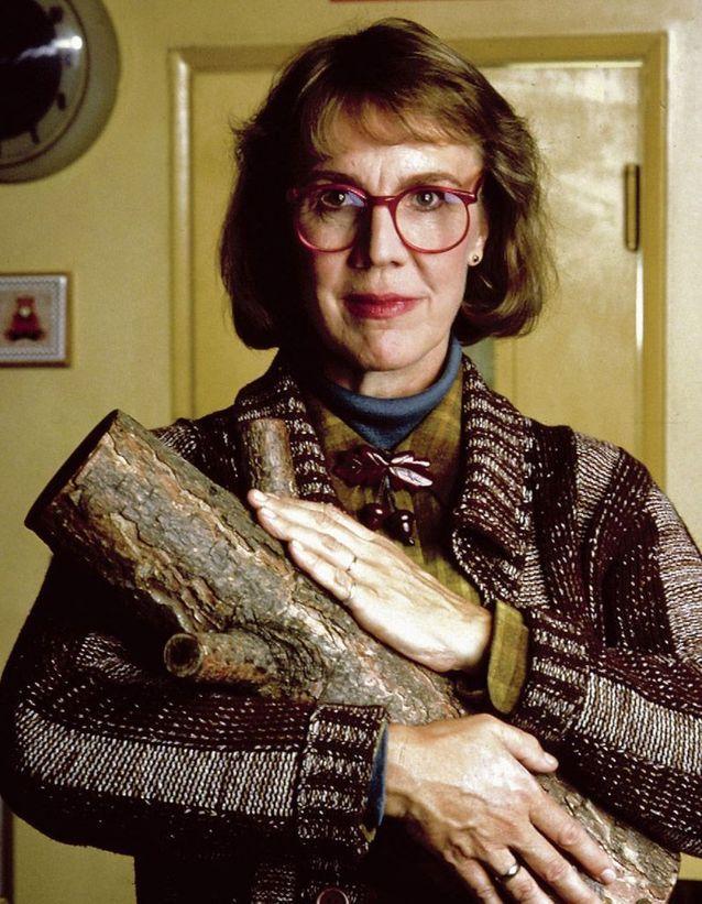 Catherine E. Coulson est Margaret, la femme à la bûche