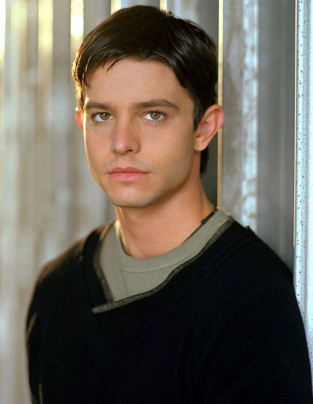 Jason Behr est Max Evans dans « Roswell »