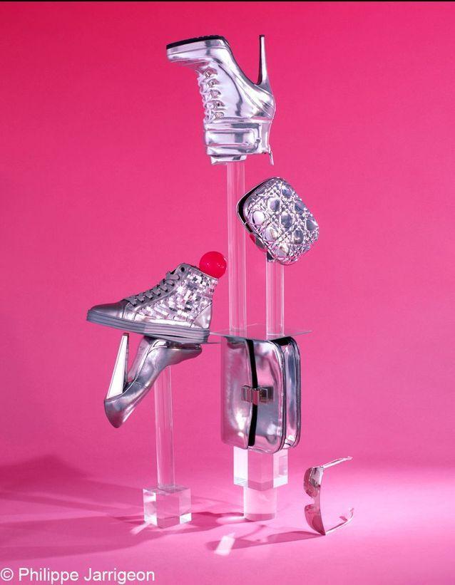 La mode 2012 glitter : sac Céline, escarpins Yves Saint Laurent, baskets Hogan Rebel, réticule Christian Dior, boots Blumarine