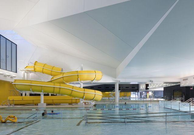 Une piscine avec toboggan