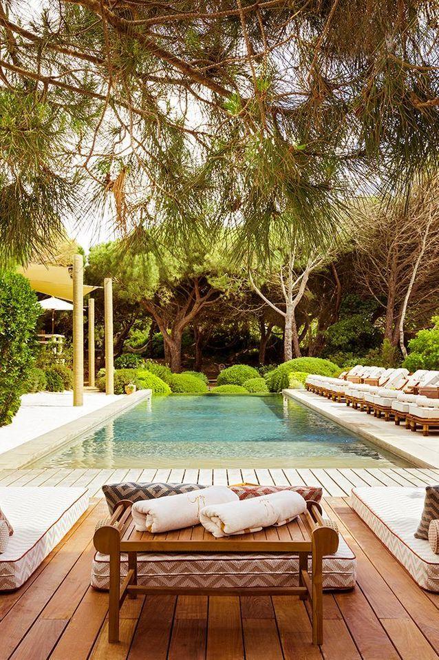 La piscine, ses matelas et ses transats, une véritable invitation au farniente.