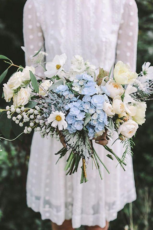 Bouquet de fleurs blanches et bleues