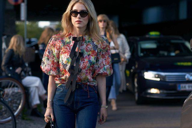 Une blouse fleurie + un jean brut