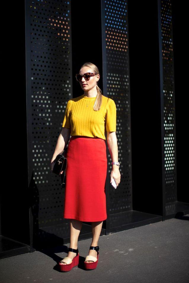 Un top jaune + une jupe crayon rouge