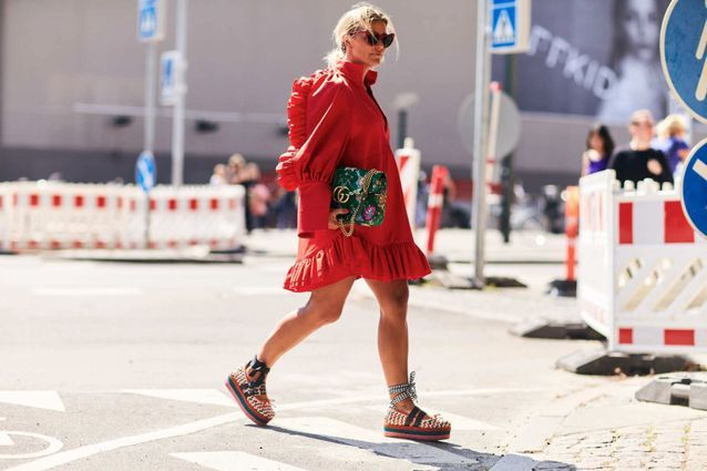 Une robe girly + des chaussures compensées