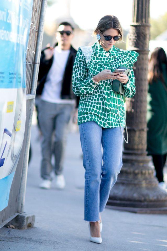 Un jean + une blouse à pois + des escarpins blancs
