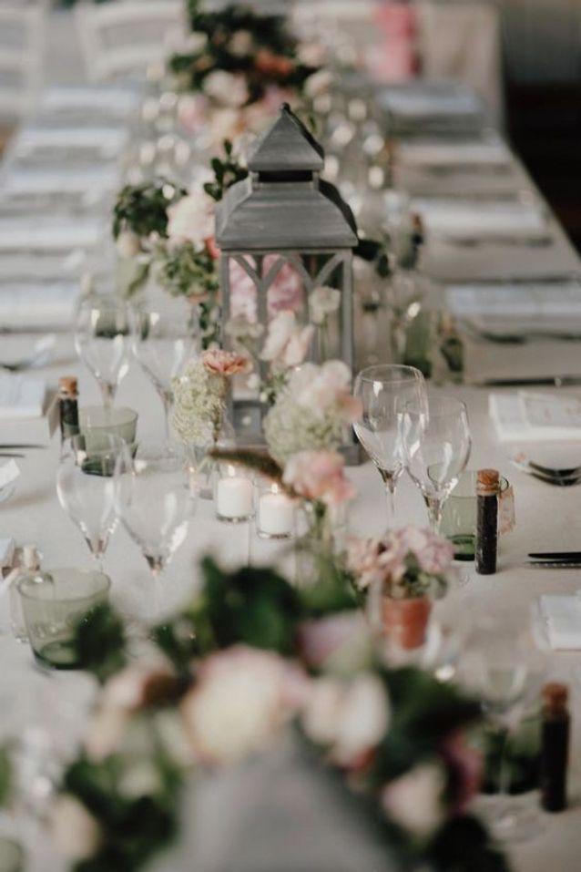 Décoration de table de mariage rose et gris