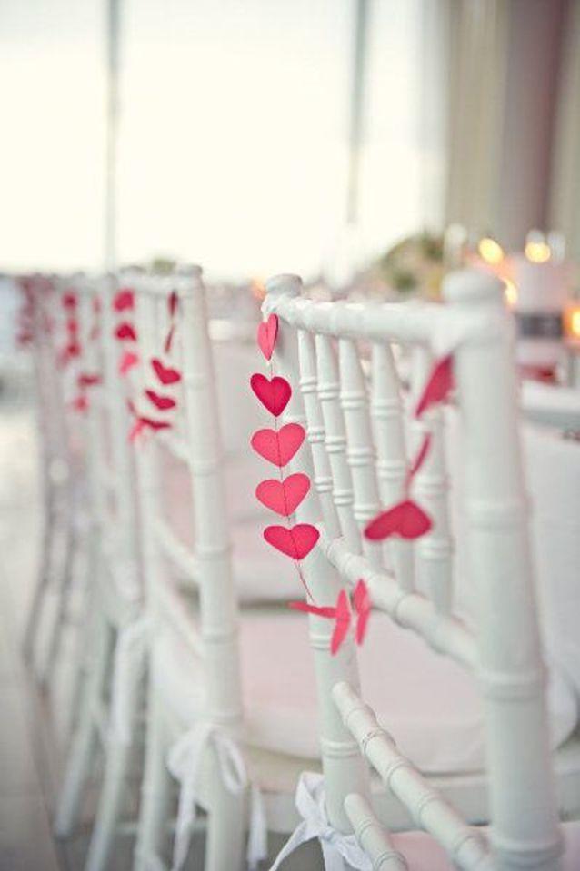 Chaise de mariage avec guirlande de cœur