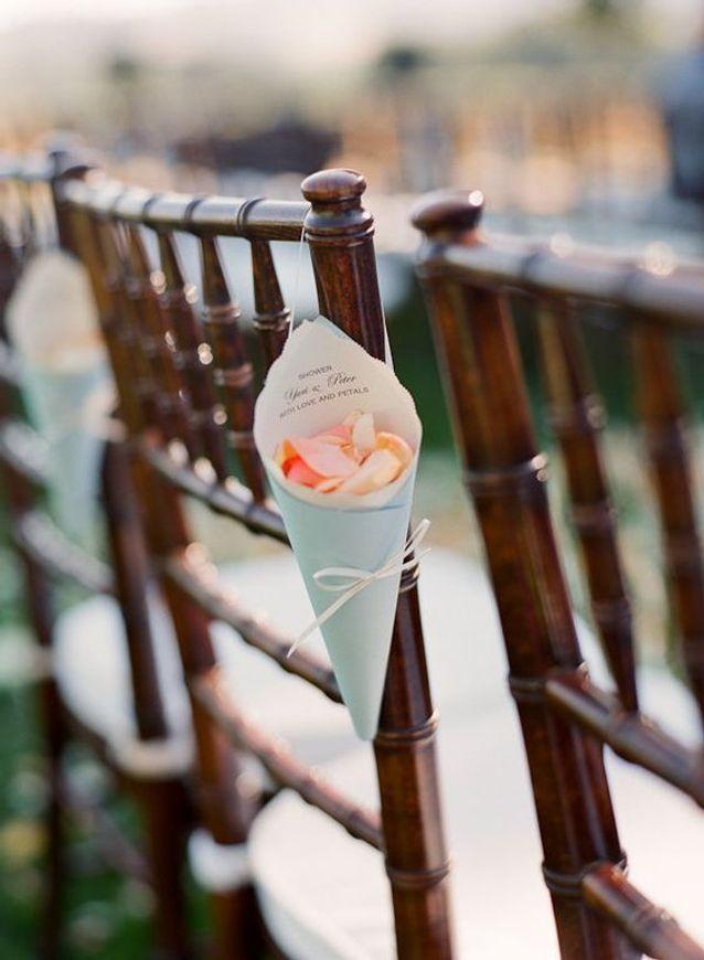 Pétales de roses bancs de cérémonie