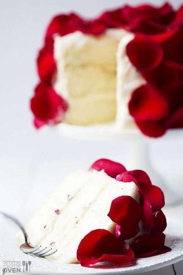 Pétales de roses en décoration de gâteau de mariage
