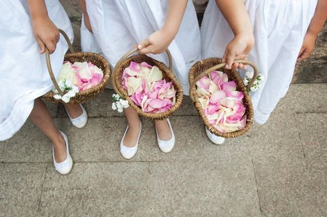 Pétales de roses pour les demoiselles d'honneur