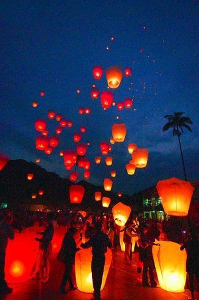 Lanterne volante colorées