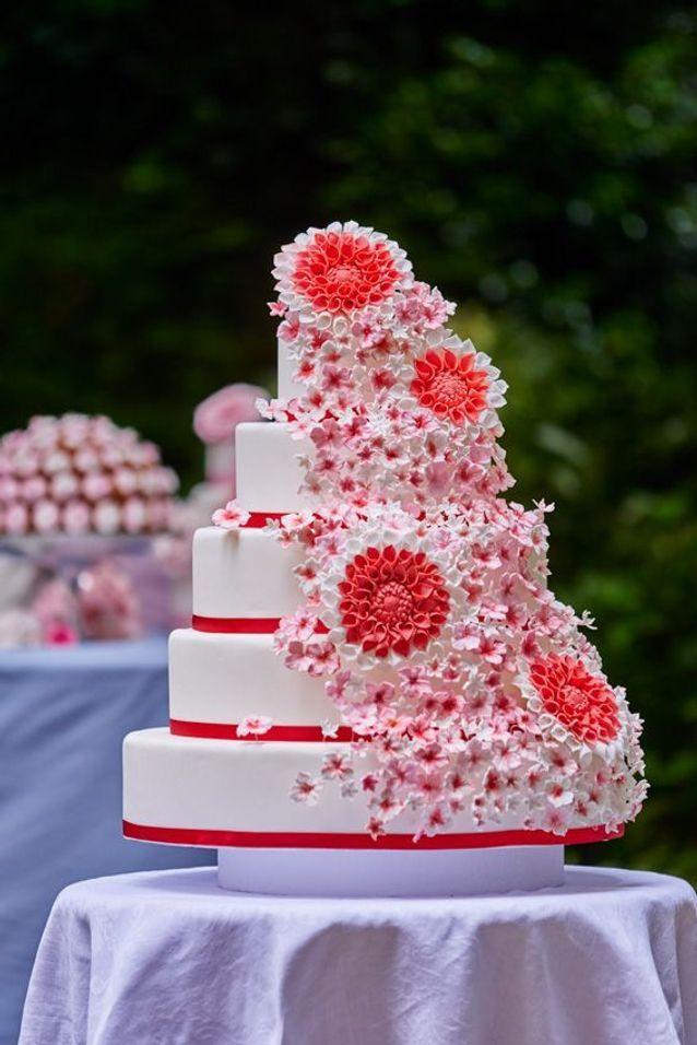 Pièce montée de mariage avec des fleurs Les Fées Pâtissières