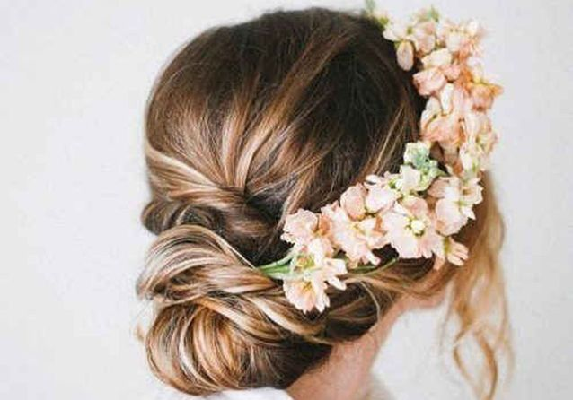 fleur cheveux  un mariage bohème chic avec des fleurs dans