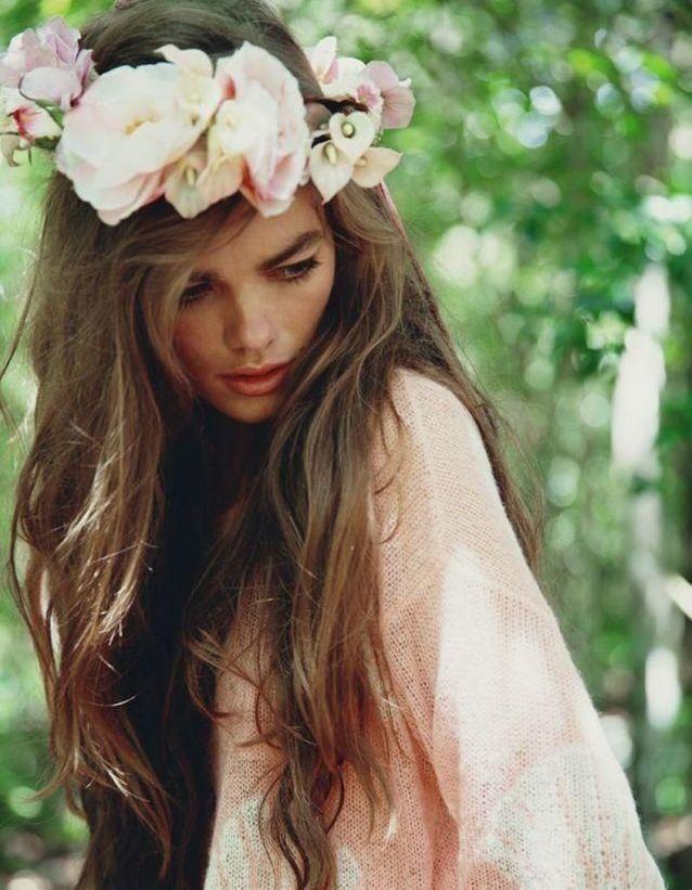 Des fleurs blanches dans les cheveux